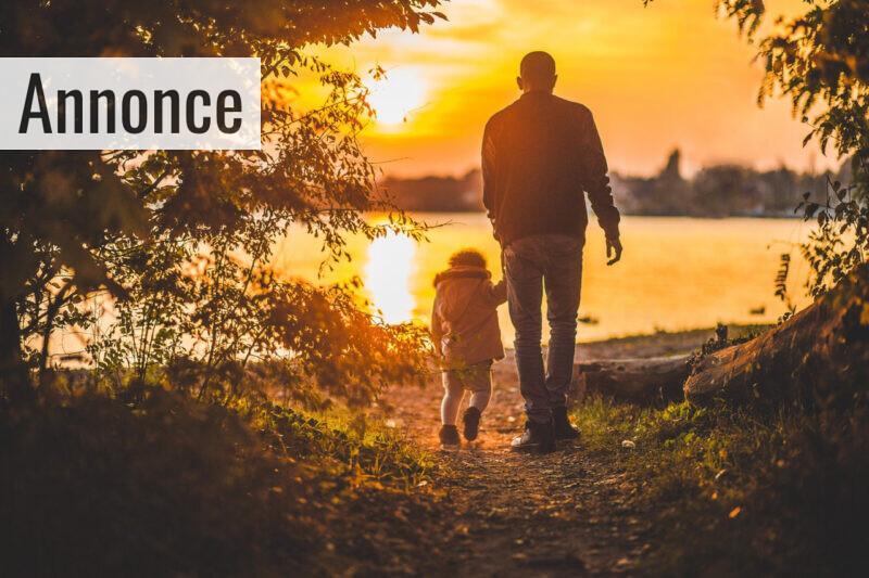 Far går tur med datter i naturen.
